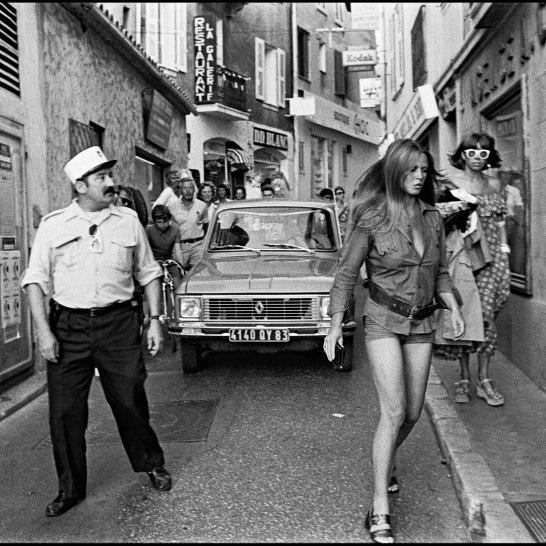 CF CECILE POUR AUTORISATION D'UTILISATION ARCHIVES - BRIGITTE BARDOT SE PROMENANT A SAINT TROPEZ EN 1975